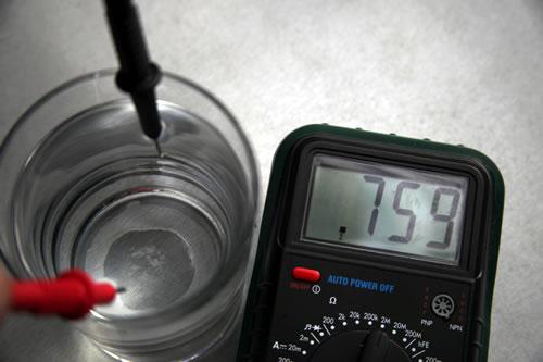 Polímetro midiendo la resistencia del agua. Cuando se disuelve sal en el agua, la resistencia disminuye drásticamente. Foto de eureka! Puede utilizarse libremente mencionando al autor.