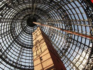 Foto de la torre de los perdigones de Melbourne debajo de la cúpula del complejo comercial «Melbourne Central». Foto de alittlebitdramatic en Flickr con licencia: Attribution-NonCommercial-ShareAlike 2.0 Generic (CC BY-NC-SA 2.0)