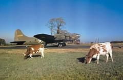 Bombardero americano en preparación en una base de la RAF en Gran Bretaña para incursiones diurnas sobre la Francia ocupada, 1942. Fotografía de Robert Capa.