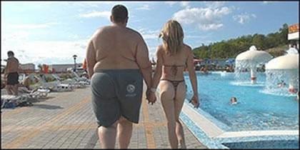 Pero lo que me gusta es la foto: un gordo tremendo con una chica que parece una modelo